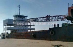 DIBIARKAN : Kapal Crane yang sudah berbulan-bulan dibiarkan saja