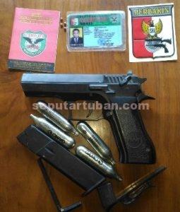 DISITA : Inilah senjata, buku, kartu tanda anggota, stiker, amunisi serta gas air soft gun yang disita Polisi