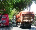 SEMBARANGAN : Bus Pariwisata parkir dibawan tanda larangan parkir kawasan jalan Panglima Sudirman Tuban