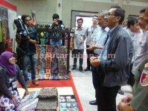 MERIAH : EVP Semen Indonesia, Sunardi Prionomurti (berjaket) saat meninjau salah satu stan UKM batik usai acara pembukaan