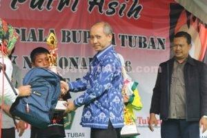 PENYEMANGAT : Sekda Kab. Tuban, Budi Wiyana mewakili Bupati Tuban menyerahkan piala kepada pemenang lomba mewarnai