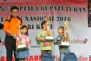 MENGUATKAN : Adm Perhutani KPH Parengan, Daniel Budi Cahyono usai menyerahkan piala dan hadiah pemenang lomba mewarnai kategori PAUD/TK/RA