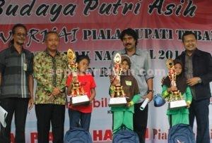 MEMANTABKAN : Ketua DPRD Kab. Tuban, M. Miyadi (baju batik coklat) usai menyerahkan piala dan hadiah pemenang lomba kategori SD/MI kelas 1 sampai kelas 3