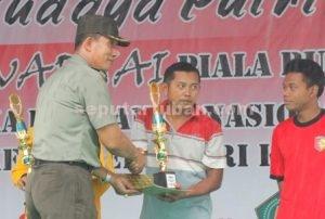 SEMANGAT NASIONALISME : Kasdim 0811 Tuban, Mayor Inf Suko Edi W, menyerahkan piala kepada pemenang Lomba Foto Selfie Pejuang Piala Dandim 0811 Tuban