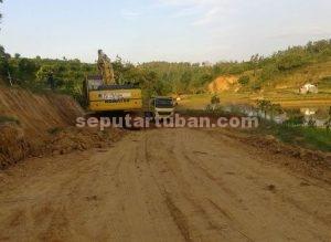 DIMULAI : Akivitas pemadatan jalan masuk lokasi kawasan pemboran sudah dimulai