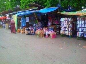 MENGELUH : Pedagang pasar baru Tuban menjual daganganya dengan kondisi darurat