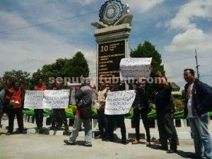 AKSI SOLIDARITAS : PWI Tuban menggelar aksi solidaritas atas kekerasan yang menimpa salah satu wartawan Madiun