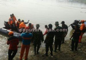 DITEMUKAN : Jasad korban saat dievakuasi dari bibir sungai bengawan solo oleh petugas gabungan