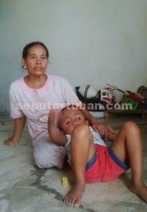 TABAH : Syahril rebahan dipangkuan ibunya, dia menderita Hidrosefalus sejak lahir hingga kini belum sembuh
