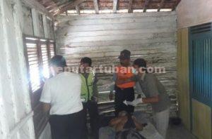 GANTUNG DIRI : Tim INAFIS Polres Tuban saat melakukan identifikasi