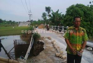 NYARIS AMBROL : Jembatan penghubung Desa Simo menuju Desa Menilo Kecamatan Soko mengalami salah satu sisi jalanya amblas diterjang banjing