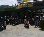LARIS MANIS : Para jukir di kawasan Makam Sunan Bonang meraup untuk banyak menerima penitipan sepeda motor peziarah