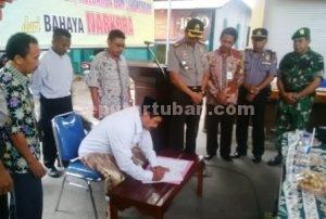 KOMPAK : Penandatanganan nota kesepakatan bersama Kampung Anti Narkoba disaksikan Kapolres Tuban, AKBP Fadly Samad