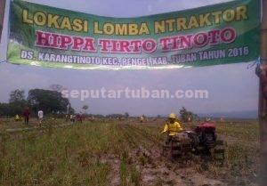 LOMBA NRAKTOR : Salah satu peserta saat mengikuti lomba dan membajak sawah dengan traktornya di lahan sawah yang telah disediakan panitia