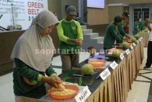 SEMANGAT : Perwakilan kelompok tani green belt saat lomba pipil jagung secara manual