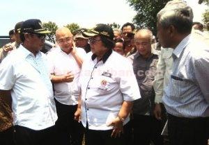 PEMKAB HARUS SIAGA : Menteri Lingkuhan Hidup dan Kehutanan, Siti Nurbaya Bakar dan Bupati Tuban, Fathul Huda beserta rombongan saat dilokasi penanaman pohon