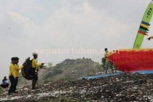 MASIH DIABAIKAN : Atlet paralayang saat melakukan uji coba di Bukit Desa Trantang, Kecamatan Kerek