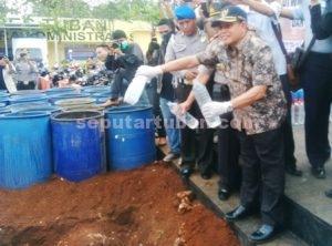 TANGKAPAN SEPEKAN : Forpimda Tuban turut serta hadir dalam pemusnahan arak dan karnopen barang bukti hasil Operasi Bina Kusuma