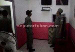 MENJAMUR : Anggota Sat Pol PP Pemkab Tuban saat melakukan razia karaoke