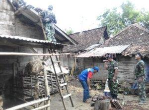 RUSAK RINGAN : Aparat TNI saat membantu memperbaiki rumah warga yang rusak akibat puting beliung