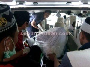DITEMUKAN SEMUA : Jasad santri ke 7 yang berhasil ditemukan tim SAR Gabungan saat akan dimasukkan ke mobil ambulan