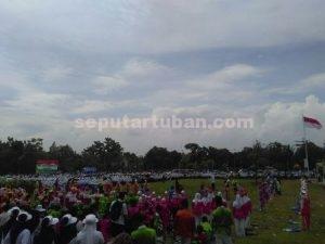 SEMANGAT SANTRI : Suasana upacara memperingati HSN di Kecamatan Rengel yang dihadiri Bupati Tuban. Fathul Huda
