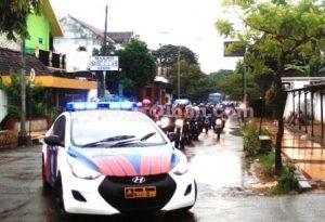 WISATA MOTOR: Peserta wisata motor saat melintas di Kecamatan Kerek