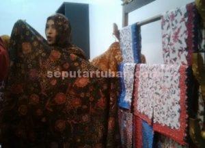 BERKAMBANG : Siti Sri Murniati (38), salah satu pelaku UMKM batik binaan PT Semen Indonesia