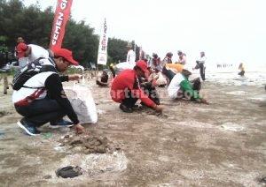 PESAN LINGKUNGAN : Kepala Departemen Komunikasi dan Sarana Umum  PT Semen Indonesia, Aris Sunarso ikut serta mengambil sampah bersama  pelajar SMA Negeri 2 Tuban