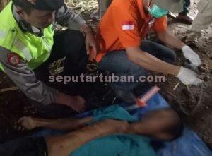 MENINGGAL DUNIA : Polisi dan tim medis saat memeriksa jasad korban yang bunuh diri gara-gara terlilit hutang