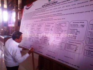 KOMITMEN BERSAMA : Wakil Bupati Tuban, Noor Nahar Hussein saat menandatangani deklarasi Pilkades Damai