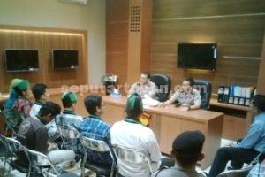 SUPREMASI HUKUM : Mahasiswa HMI Tuban saat ditemui Wakapolres dan Kabag Ops Polres Tuban