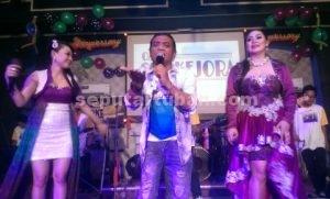 MERIAH : Didi Kempot saat manggung di Hall Oke Pub dan Karaoke dalam rangka HUT ke 14