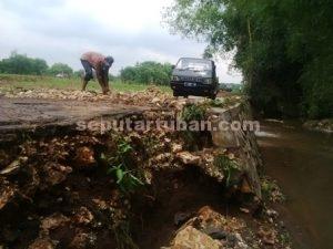 DIPERBAIKI : Kondisi jalan yang rusak akibat diterjang banjir bandang
