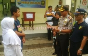 TEGAS : Kapolres Tuban, AKBP Fadly Samad saat bertemu keluarga korban