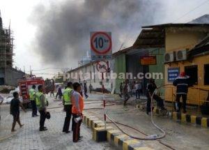 TERATASI : Petugas gabungan berhasil memadamkan api, meski seorang petugas mengalami luka akibat tertimpa kayu