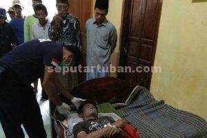 DIPERIKSA JASADNYA : Tim INAFIS Polres Tuban saat melakukan pemeriksaan terhadap jasad korban