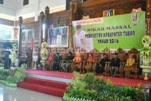 NIKAH MASSAL : Pasangan pengantin saat melakukan prosesi pernikahan di Pedopo Krido Manunggal Tuban