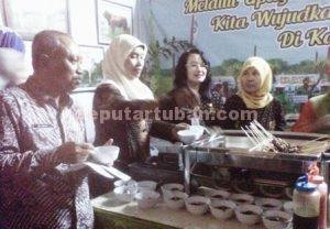 KEMBANGKAN EKONOMI : Ketua DPRD Tuban, M. Miyadi mencoba salah satu menu yang ada di Pameran Dagang usai membuka acara
