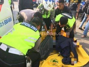 MENINGGAL DUNIA : Jasad korban saat dievakuasi Polisi dari lokasi kejadian