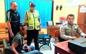 KEPERGOK PEMILIK : Tersangka pencuri ayam saat diperiksa di Mapolsek Senori