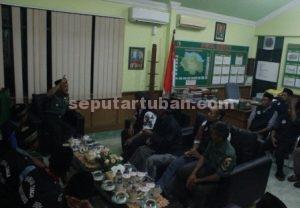 MENERIMA ARAHAN : Dandim 0811 Tuban. Letkol Inf Sarwo Supriyo saat memberikan arahan kepada Pendekar Siaga di ruanganya