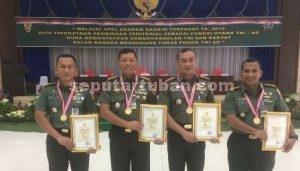 SEMANGAT BERSAMA : Dandim 0811 Tuban, Letkol Inf Sarwo Supriyo bersama Dandim Bojonegoro, Dandim Jombang dan Danrem Mojokerto menerima penghargaan
