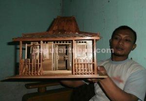 PENGEMBANGAN BARU : Kholik Yuliamin menunjukkan salah satu produk Miniatur Rumah Joglo