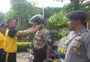 SEMANGAT BARU : Wakapolres Tuban, Kompol Arief Kristanto memakaian helm sebagai simbolis menyerahan sepeda motor dinas baru