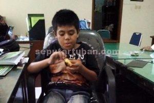 BERUNTUNG : Syahrul Syafi'i (11) saat di Kantor Dinsosnaker sebelum diberangkatkan ke Semarang untuk bertemu ibunya