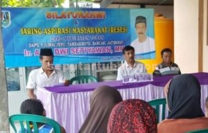 DEKAT RAKYAT : Aris Dwi S Setiawan saat ditengah peserta Reses lengkap dengan keterwakilan perempuan