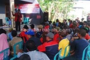 MENGUATKAN RAKYAT : Tulus saat menyampaian penjelasan kepada warga yang hadir dalam Reses