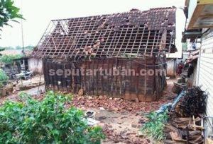 RUSAK BERAT : Inilah salah satu rumah warga akibat diterjang puting beliung