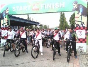 SEMANGAT : Bupati Tuban, Forpimda dan manajemen PT SI mengikuti Sepeda Wisata